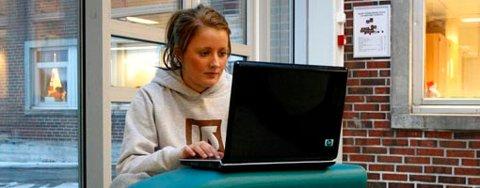 Ina Lundlie (16) forteller at hun bruker mye tid foran PC-en