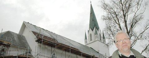 Skiferen på Løken kirke er forvitret og moden for å byttes. Det samme er kobberet på tårnet. Nå er en fullstendig renovering av tak og tårn i full gang, kan kirkeverge Sverre Lauten fortelle.