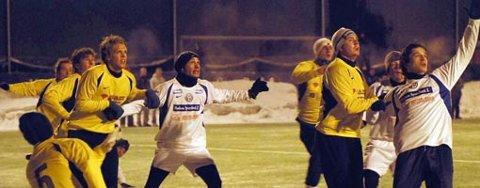 Hichem Bekkaoui (midt i bildet) kan vise seg å bli en viktig spiller for Modum FK kommende sesong. I treningskampen mot Åskollen tirsdag scoret han tre mål og sørget for seier i debutkampen.