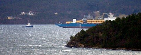 11.15 jobba slepebåtar framleis med å få «Eide Carrier» tilbake i vanleg posisjon. Her er spesialskipet og ein av slepebåtane sett frå Porsvik, Valen. Litt av Lauvøya i forgrunnen.