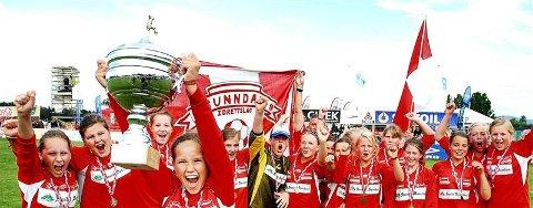 Guro Reiten (med pokalen) og Sunndal jublet for seier i Norway Cup sist sommer. Reiten og to andre fra Sunndal skal spille fotball på Island i vinterferien.