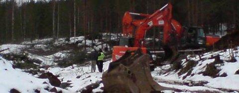 En mann i 40-årene omkom i en arbeidsulykke i Bergermarka mandag. Politiet er fortsatt på stedet ved 15-tiden.