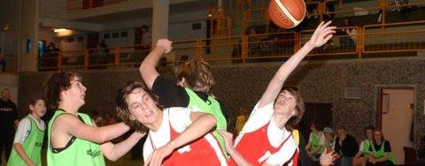 KUUL SPORT: Skolecupen i basketball slår an blant ungdommen. Her et bilde fra kampen mellom Hov ungdomsskole og Tyristrand.