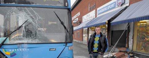 b26e18f7 En stjålet buss fra Nettbuss kjørte inn i Sandberg Sport på Jevnaker og  gjorde store skader