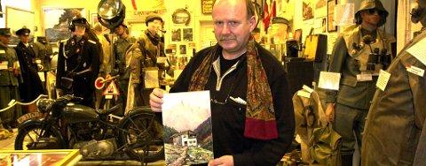 - Denne akvarellen kjøpte jeg, og rammen inneholdt en hemmelighet, bildet er merket A. Hitler, Tyskland og datert 1940, sier William Hakvaag.