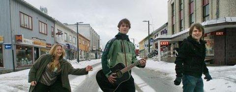 De ivrer for å lokke ungdom til bluesen. Lørdag skal seks band i aksjon på Fagers. (F.v) Tove Olsen, Lars Tande Olsen og Øystein Gangstøe.