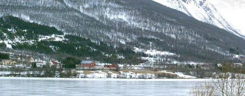 GJENNOM ISEN: To skutere gikk gjennom isen ved Fagernes i Ramfjorden.