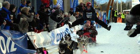 Nina Skramstad med sin karakteristiske splitthoppstil startet sin 1.000km ferd Finnmark rundt i dag.