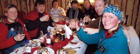 Som første kvinne til sjekkpunkt Kirkenes vant Nina Skramstad en deilig middag som hun delte med alle handlerne sine på Finnmarksløpet.