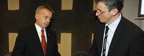 Justisminister Knut Storberget (t.v.) sammen med Jon Gauslaa, leder for den nye kommisjonen.