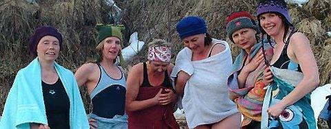 VARMER SEG: Etter badingen er det godt å varme seg på bålet. Fra venstre: Anne Johanne Berthelsen, Hege Sjåfjell, Unni Olsen, Thea Bøsch, Katrine Lereggen og Kari Eilertsen.