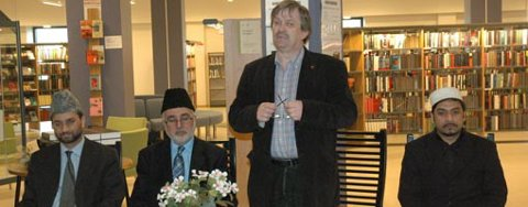 ÅPNET UTSTILLING:  Zartashat Munir, Ahmad Khan og Failsal Sohail fra Ahmadiyya Muslim Jamaat Norge hadde invitert ordfører Kjell B. Hansen til å åpne utstillingen om muslimenes hellige bok Koranen.
