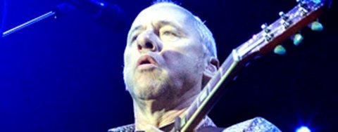 """Mark Knopfler åpnet konserten i Vestlandshallen i går med låten """"cannibals"""" fra 1996. Nærmere 8000 fans hadde møtt frem for å høre den tidligere Dire Straits-sjefen."""