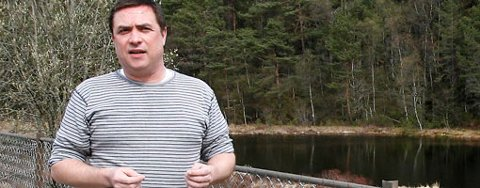 Eirik Ståle Jacobsen er redd for at det bygges boliger i Kanadaskogen bak ham.