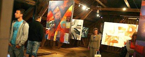 """KUNSTLOFTET: """"Your Inner Voice"""" av Marit K. Skog åpnet på Jacobsenbrygga i Mosjøen lørdag. - Jeg synes bildene er så bra. Marit har fått utfolde seg, kommenterer mamma Bjørg Skog (i midten). Hun overvar vernissasjen i selskap med 50-60 andre. (Foto: Stine Skipnes)"""