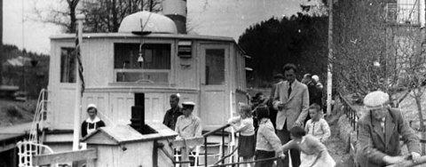 «DS TURISTEN»: Bildet er fra 50-tallet og båten er på vei ned Ørje sluser. Spennende er det om ankerte til båten nå har kommet til rette.