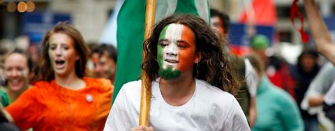 Mannskapet på «Asgard II» hadde dekorert seg selv med ansiktsmaling i fargene til det irske flagget, og i paraden lagde de mye liv og røre.