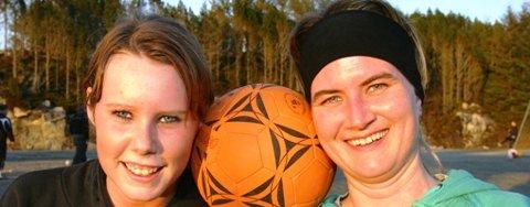 KLARE FOR 3. DIVISJON: Hordabø sitt damelag, her representert ved talentfulle Helene Marøy og veteranen Therese Helland, er klare for 3. divisjon. Nemnde Marøy vert truleg også toppskårar for Hordabø i debutsesongen sin på seniornivå.