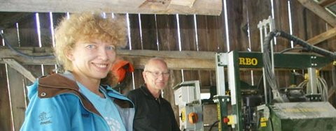 Bjørgvin Harald Olsen og Anne Elin Olsen har både skog og eget sagbruk.            Nå satser 70-åringen og datteren på å utnytte ressursene i Røvika.