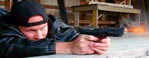 22 år gamle Matti Saari på skytebanen med våpenet han trolig drepte ni medelever med.