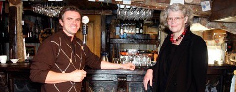 Den tyske puben i Nøsteboden åpner på Europeiske språkets dag i dag. Her er eier, Roger Iversen sammen med leder for språkavdelingen ved Goethe-instituttet, Gertrude Graetz.