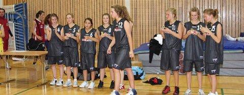 VANT CUP: Jentene i HBBK kunne hente pokalen etter å ha vunnet Asker cup i helgen. På bildet er Marie Skogsholm på vei fram for å ta imot seierspokalen. De øvrige jentene er Stina M. Kristoffersen, Ronja Sandum, Maiken Johnsen, Carina Erlandsen, Siri Granheim, Elin Kvisgaard Gulbrandsen, Silje Rambø og Julie Lad.