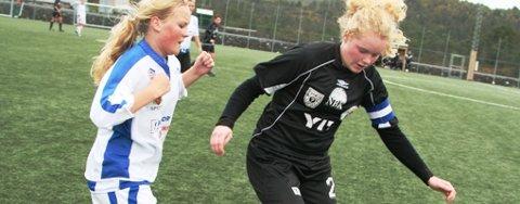 VANN IGJEN: ENK sikra 4. plassen i avdelinga etter 4-0 over Hald. Bildet viser Ida Tangedal i duell med ein Hald-spelar.