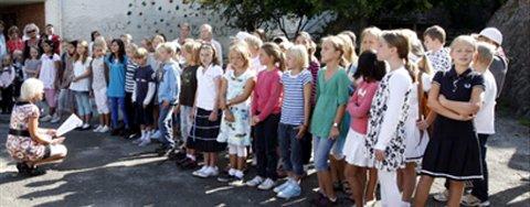 Bilde er tatt under skolestart på Hellen skole i august. 5. klasse tar imot 1. klasse. Nå kan de juble over at skolen rustes opp.