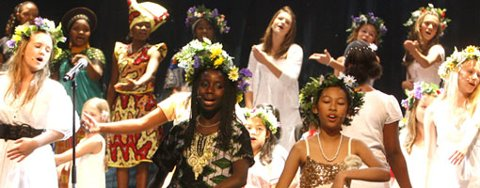 «Festen som vi väntat på har börjat så var välkomna hit i dag.», synger Anney Niyokindi og Supisara Inphueng og resten av tallrike Fargespill-gjengen (16.11.2008).