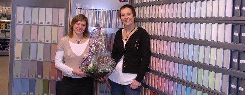 MALTE FARGEPRØVER: - Malte fargeprøver gir riktig farge og glans, sier Trude Bergheim og Heidi S. Sørensen i Maleriet fargehandel.