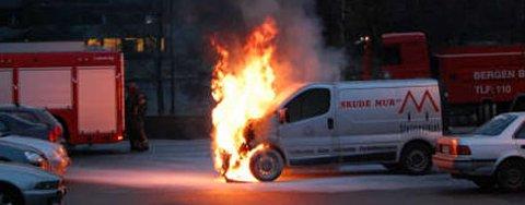 Varebilen brant friskt da brannvesenet kom frem.