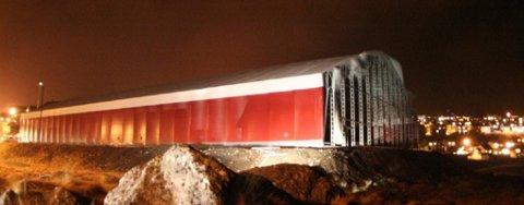 e183509e Hele veggen er blåst bort fra den ene siden av flerbrukshallen i  Honningsvåg. Foto: