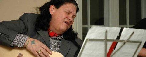 FRA HJERTET: Hilmar Bussi Karlsen Rosenberg slapp sin nye cd på Drengestua torsdag. Nye og gamle sanger fra De Reisendes tradisjon sto på repertoaret under slippkonserten. FOTO: PETTER SKRETTING