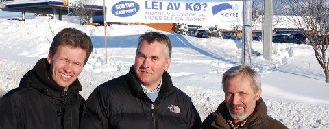 VIL HA NY VEI: Lokalpolitiker Dag-Egil Bull Sletholt, stortingsrepresentant Trond Helleland og Hole-ordfører Per R. Berger aksjonerte i går for raskere utbygging av E16 mellom Sandvika og Hønefoss.