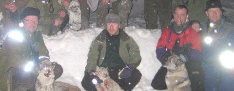 Reineier Anders Hua (t.v) og Ernst Ketil Eriksen med de to gaupene som ble skutt på Tjeldøya fredag.