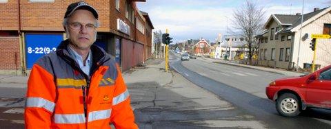 Seksjonsleder Knut Erik Skogen vil slippe igjennom noen biler, men de fleste bilistene må bruke omkjøringsveien.
