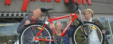 Hvis du ønsker å kvitte deg med din gamle sykkel som ikke lenger blir brukt, er du med i trekningen av denne nye offroadsykkelen, gitt av Haktor Walvatne (midten). Her er han flankert av Per Buxrud og Jorunn Killingstad ved Frisklivssentralen.