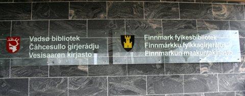 KVENSK OG FINSK: På Vadsø bibliotek står det på norsk, samisk og finsk mens på Vadsø fylkesbibliotek står det på norsk, samisk og kvensk.