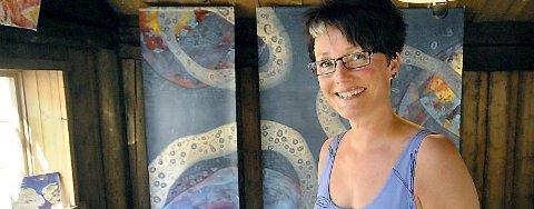 """UNIK MULIGHET: Marit Skog foran sitt nye kunstverk, """"Serenity"""", som hun skal vise fram for kunsteliten under biennalen i Firenze i desember. (Foto: Eivind Biering-Strand)"""