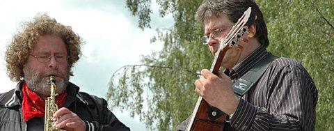 SPILTE: Bjørn Sørvang Hansen (til venstre) kan mer enn å lage skulpturer.