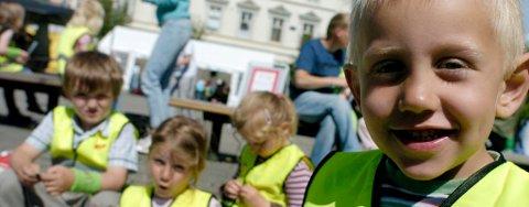 Rolf (6), Mina (4), Kari Lise (5) og Kenneth (4) fra Åsbygda barnehage koser seg i sola på Søndre torg.