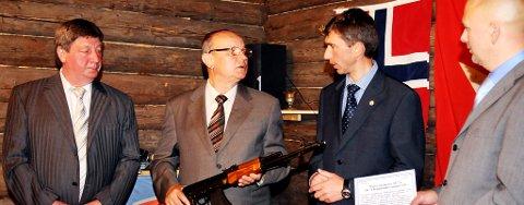 Teknisk direktør (nr. 2 f.h.) Nickolay Bezbodorov forteller litt om historien bak Kalashnikoven som Even Blomkvist (t.h.) holder. Den har designeren av våpenet Dr. Mikhail Kalashikov selv signert i gull til museet. T.v. står markeds- og protokollsjef  Andrey P. Vishnyakov og administrerende direktør Alexey B. Amenikhin i våpensleksapet Izhmash. Foto: Marte Lindi