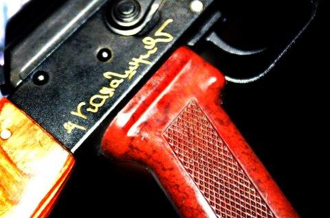 Dette er den unike AK47 Kalshnikov assault rifle, som ble overrakt Tirpitz museum i Alta. Med våpenets designer dr. Mikhail Kalshnikovs signatur i gull. Foto: Marte Lindi