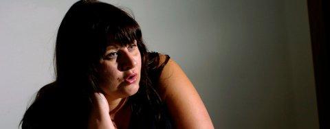 LETER: Trude Beate Wilhelmsen leter etter lillesøsteren sin og bruker Facebook i håp om å finne henne. Så langt har gruppen knyttet til seg over 20.000 medlemmer.