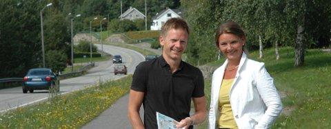 Østfold Høyres listetopper Ingjerd Schou og Tage Pettersen ønsker at tunnelen som skal munne ut her ved Bøndenes Hus i Hærland, må bygges for fremtiden - med to løp i hver retning.