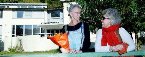 Kultursjef Jorunn Bøe (til høyre) i Risør kommune kunne denne uken ønske Käthe Øien velkommen til Risør på ett års stipendiat.