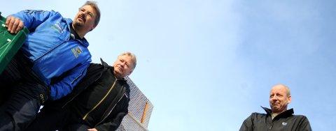 Bakkesjef Fred Ivar Opgård, trener Svein Erik Danielsen og leder Trond Marø i Alta IFs hopp og kombinertgruppe er fornøyd med å få nytt spor i bakken på plass nå. Foto: Marte Lindi