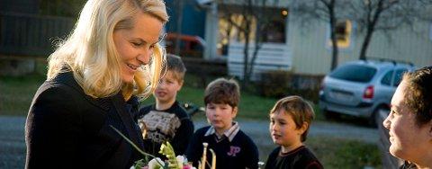 Kronprinsessen fikk ikke uventet overlevert blomster da hun ankom St.Eystein skole.