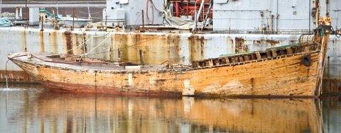 Den 19 meter lange trebåten ble funnet så vidt flytende i Ofotfjorden utenfor Tjeldøya. Nå ligger den til kai sammen med en av Forsvarets utrangerte korvetter i Ramsund i påvente av at politiet skal finne eieren.