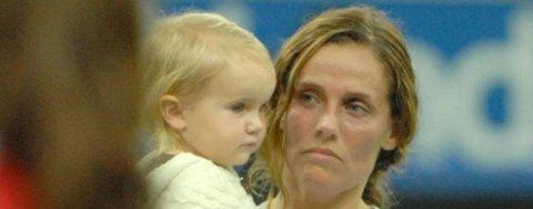 Camilla Huse hentet lille Mille rett etter kampen, men sleit med å finne smilet. Hun klarte ikke helt å glede seg over denne cupseieren.